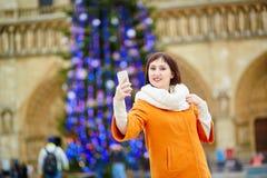 Jeune touriste heureux à Paris un jour d'hiver Images libres de droits