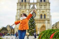 Jeune touriste heureux à Paris un jour d'hiver Image stock