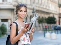 Jeune touriste magnifique de brune photographie stock