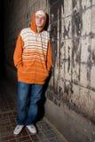 Jeune trafiquant de drogue sur le coin Image stock