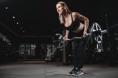 Jeune train sexy de femme de forme physique et exercice dans le gymnase sain Photographie stock libre de droits