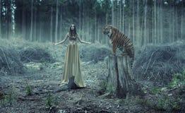 Jeune traner sexy avec le tigre Images libres de droits