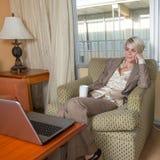 Jeune travail businesswoan attrayant dans un hôtel Image libre de droits