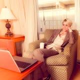 Jeune travail businesswoan attrayant dans un hôtel Photographie stock libre de droits