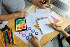 jeune travail de couturier sur la table avec l'outil de tailleur Image libre de droits
