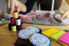 jeune travail de couturier sur la table avec l'outil de tailleur Images libres de droits