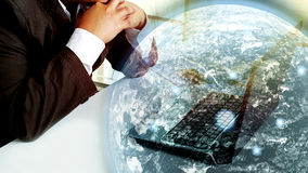 Jeune travail de pensée d'homme d'affaires dans l'ordinateur portable Images libres de droits