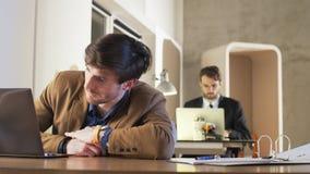 Jeune travail fatigué de Falling Asleep During d'homme d'affaires banque de vidéos