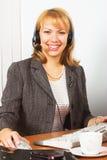 Jeune travail heureux de femme d'affaires dans le bureau Image libre de droits