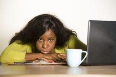 Jeune travailler américain malheureux et épuisé attrayant de femme d'africain noir paresseux lundi à l'overwhe de sentiment de bu image libre de droits