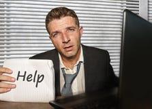 Jeune travailler d?sesp?r? et soumis ? une contrainte d'homme d'affaires accabl? au bureau d'ordinateur de bureau se sentant part image libre de droits
