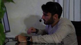 Jeune travailleur à la maison de sexe masculin avec le casque banque de vidéos