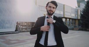 Jeune travailleur d'affaires disposant son individu à obtenir interviewé devant le bâtiment d'affaires, il est habillé dans le co banque de vidéos