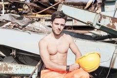 Jeune travailleur dans un entrepôt de ferraille photo stock