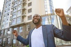 Jeune travailleur de sexe masculin heureux appréciant la victoire photo libre de droits