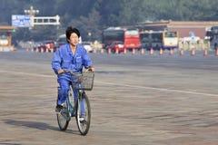 Jeune travailleur sur son vélo pendant le début de la matinée, Pékin, Chine Photos stock