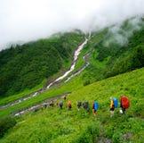 Jeune trekking de randonneurs dans Svaneti photographie stock
