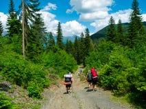Jeune trekking de randonneurs dans Svaneti images libres de droits