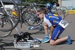 Jeune triathlete dans le secteur de transition Photos stock