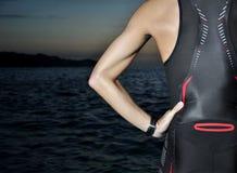 Jeune triathlon d'athlète devant un lever de soleil photographie stock libre de droits