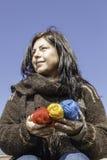 Jeune tricoteur avec le fil coloré de la laine Photo libre de droits