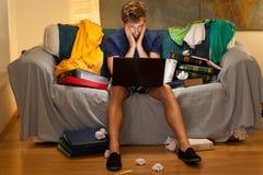 Jeune étudiant avec l'ordinateur portatif Images stock