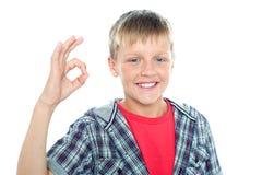 Jeune étudiant enthousiaste flashant un signe parfait Images libres de droits