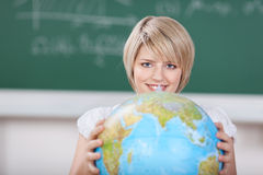 Jeune étudiante avec un globe du monde Images stock