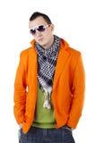 Jeune type élégant avec des écouteurs et des lunettes de soleil Photographie stock