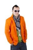 Jeune type élégant avec des écouteurs et des lunettes de soleil Images stock