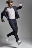 Jeune type élégant sautant et dansant photo libre de droits