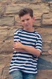 Jeune type élégant sur le fond de mur en pierre Image stock