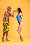 Jeune type afro-américain beau flirtant avec son amie Photographie stock