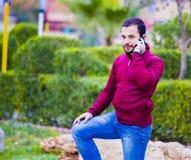 Jeune type au téléphone Photo libre de droits