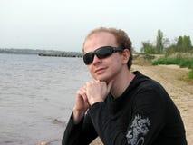 Jeune type avec des glaces de soleil Photographie stock libre de droits
