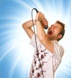 Jeune type avec un microphone photos stock