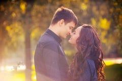 Jeune type avec une fille sous l'arbre Image stock
