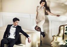 Jeune type beau avec son amie dans la chambre de luxe Photographie stock libre de droits