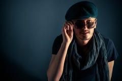 Jeune type beau posant avec le chapeau photo stock