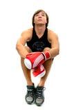 Jeune type dans des gants de boxe de sport Images libres de droits
