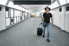 Jeune type dans l'aéroport Photos stock