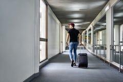 Jeune type dans l'aéroport Images stock