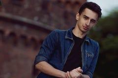 Jeune type en denim, promenades sur la rue photos stock