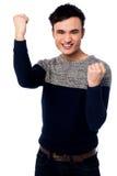 Jeune type enthousiaste avec les poings serrés Images stock