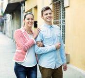 Jeune type et sourire femelle de brune Image libre de droits