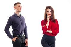 Jeune type fort dans une chemise se tenant à côté de la fille avec du charme avec le rouge à lèvres rouge sur des lèvres et le ch Image libre de droits