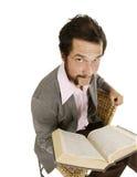 Jeune type frais de gratte-cul avec le dictionnaire Photo stock