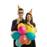 Jeune type gai avec une fille, se tenant près des verres de papier d'oeil et des beaucoup de ballon à air chaud coloré Photo libre de droits