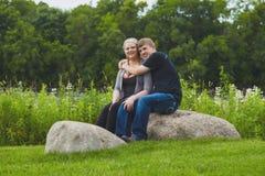 Jeune type heureux embrassant son amie en parc Photo libre de droits