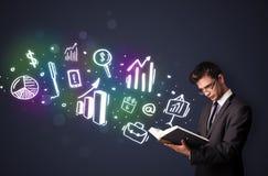 Jeune type lisant un livre avec des icônes d'affaires Photos stock